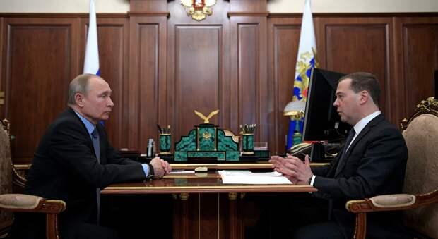 Путин подарил Медведеву на день рождения орден