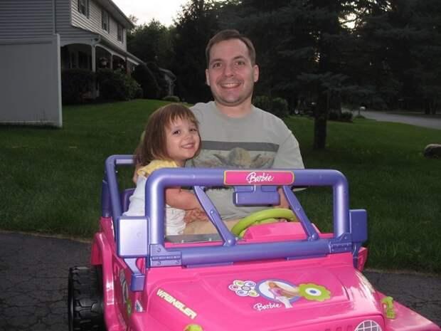 """7. """"Один из плюсов маленького роста в том, что ты всегда можешь подвезти свою дочь на ее Барби-мобиле, если она вдруг слегка перебрала"""" забавно, отцы, папы, подборка, приколы, смешно, фото, юмор"""