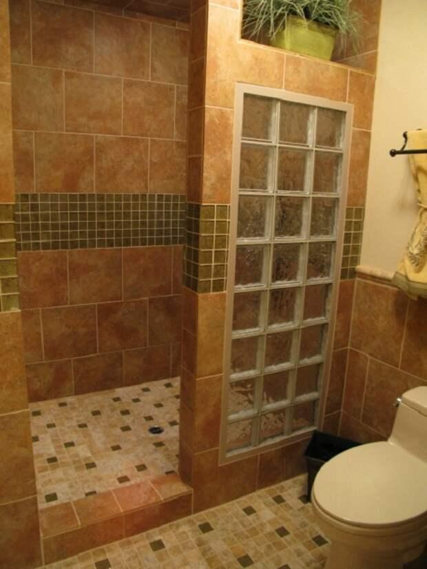 Оформление душевой при помощи плитки разного размера, что позволит создать оригинальный интерьер.