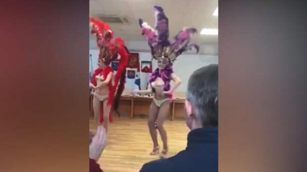 Ачотакова?! Они же не голые, а в перьях танцевали...