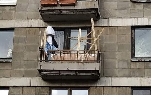 """""""Я чувствую расстояние"""". В Петербурге художник Федор Хиросиге каждый день выходит на балкон в образе человека-гриба"""