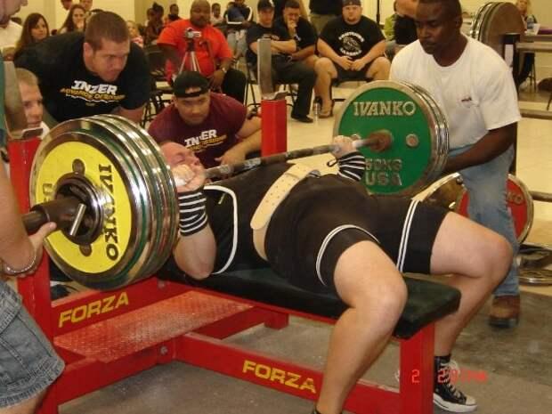 Жим штанги в 501 килограмм: мужчина поставил рекорд в обычном спортзале и снял все на видео
