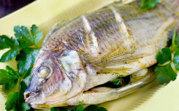 Делаем рыбу целиком по советам повара. Надрезаем, чтобы прожарились мелкие кости, и фаршируем