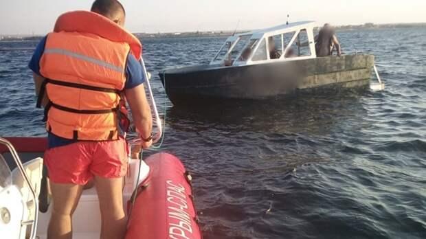 В Черноморском районе моторную лодку с людьми унесло в открытое море