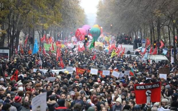 ТРУДЯЩИЕСЯ ФРАНЦИИ НАЧАЛИ ЗАБАСТОВКУ ПРОТИВ ПЕНСИОННОЙ РЕФОРМЫ (Фото) Франция, Забастовка, Пенсионная реформа, Профсоюз, Длиннопост, Политика