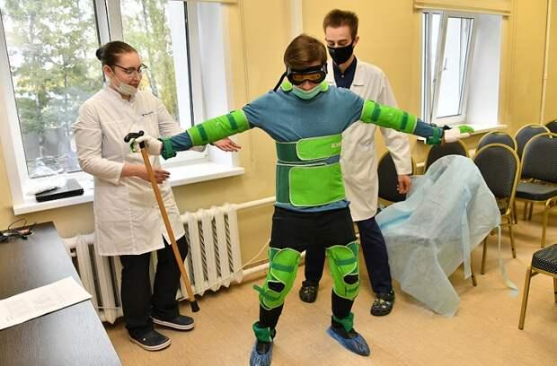 Журналист «Звездного бульвара» примерил «костюм пожилого человека» в центре на 1-й улице Леонова