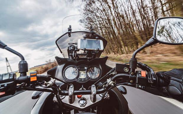 Треть мотоциклистов пользуется смартфонами в пути