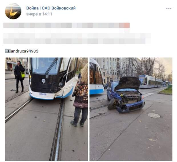 Водитель легковушки не успел проскочить через трамвай на Космодемьянских