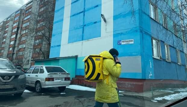Очки, экраны и запрет на очереди: как работают службы доставки в период эпидемии