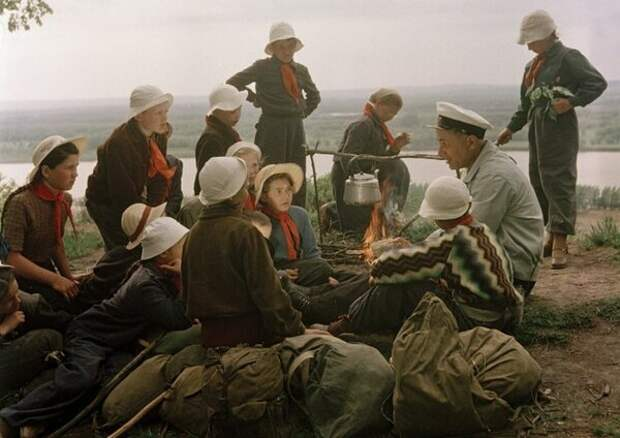Пионеры в походе. Привал. Чай с дымком и рассказы.
