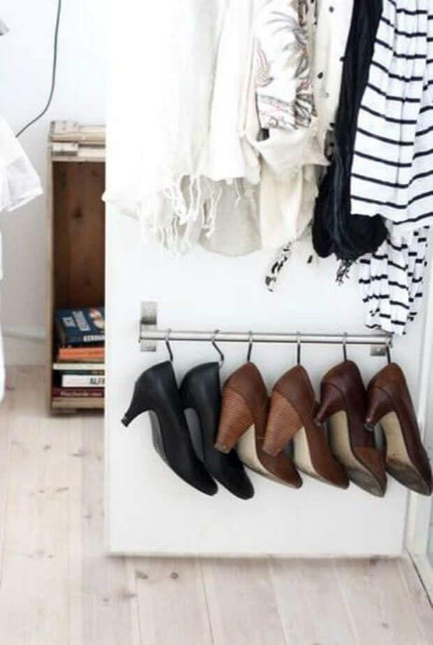 Хранение обуви на крючках.
