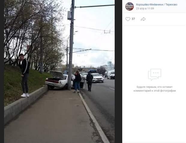 Водитель легковушки не заметил столб на тротуаре у МЦК «Хорошево»
