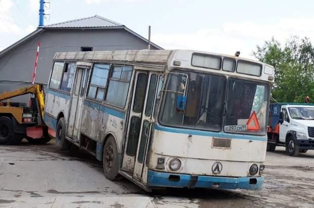 Подцепили за хвост, чтобы не заниматься растормаживанием ведущей оси ЛАЗ, ЛАЗ-4969, авто, автобус, кухня, олдтаймер, ретро техника, фудтрак
