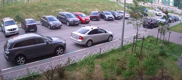 Лайфхак: как выезжая с парковки, зацепить четыре соседние машины Нижний Новогород, авто, дтп, женщина за рулем, парковка