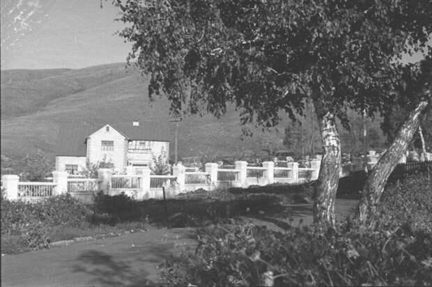 Всего в 7 километрах от бараков и землянок находился благоустроенный поселок «Березки» (фото 1937 г). © Владислав Микоша.