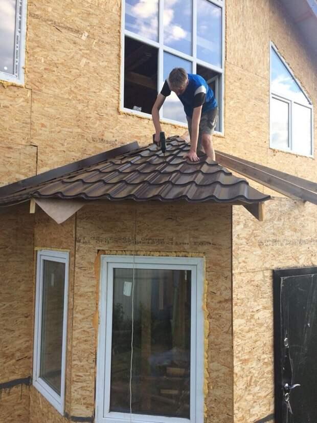 Крышу эркера решил сделать также из металлочерепицы. Размечать и стыковать замучался. Но испортил всего 1 лист! дача, дом своими руками, строим сами