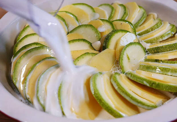 Заливаем кабачки молоком и ставим в духовку: запеканка по-новому
