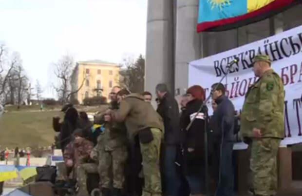 В Киеве бойцы батальонов требуют отставки Порошенко