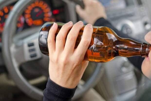 Можно ли пить безалкогольное за рулем? Ответ - нет.  Фото: newsbel.by.