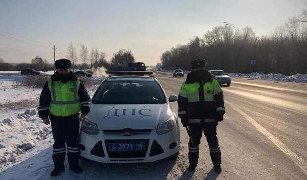 ВТатарстане инспекторы ДПС помогли автовладелице, укоторой вмороз сломалось окно