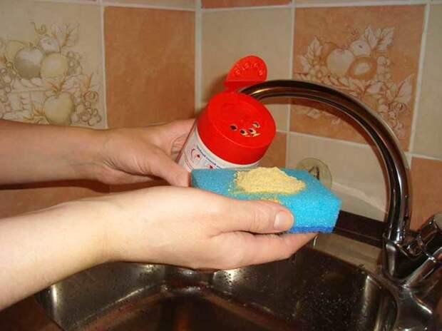 Мыть посуду горчичным порошком
