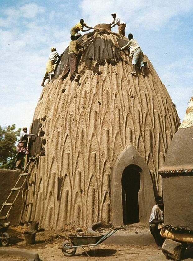 В 1930-х года он уже был на грани исчезновения, но туристический поток в начале 1990-х помог восстановлению некоторых домов архитектура, африка, интересное, строительство, факты, шедевры