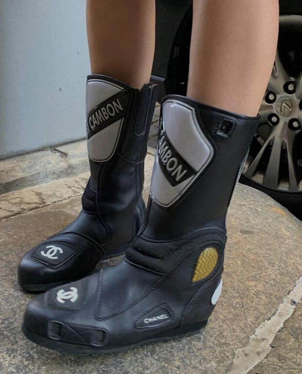 Фото №2 - Что носить в дождь? Эльза Хоск выбирает ботинки мотоциклиста, и это очень стильно!