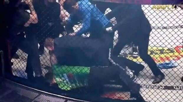 Боец из России Мусаев победил на турнире в Польше и устроил драку с соперником. Их разнимала толпа: видео