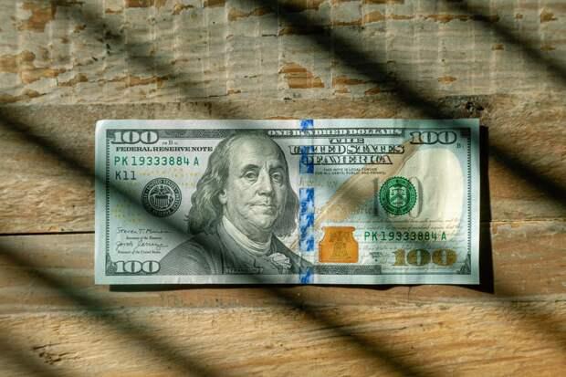 Доллар США впервые за многие годы утратил лидерство в глобальных платежах