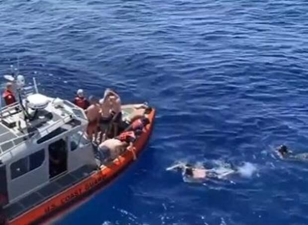 Членам команды корабля Береговой охраны США пришлось спасаться от акулы