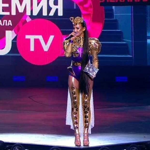 Ольга Бузова едва пережила стебания ведущих на музпремии