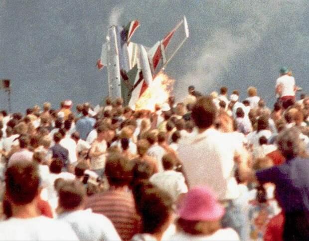 28 августа 1988 года на американской базе ВВС Рамштайн (Германия) проходили показательные выступления итальянской эскадрильи Frecce Tricolori. Из-за ошибки пилотов три самолета Aermacchi MB-339 столкнулись в воздухе и упали на зрителей. Помимо трех летчиков погибли 67 посетителей, еще 450 человек были ранены. Следствие установило, что пилоты не были готовы к выполнению фигур высшего пилотажа на низких высотах