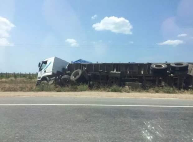 ДТП под Севастополем: на автодороге перевернулась фура (ФОТО)