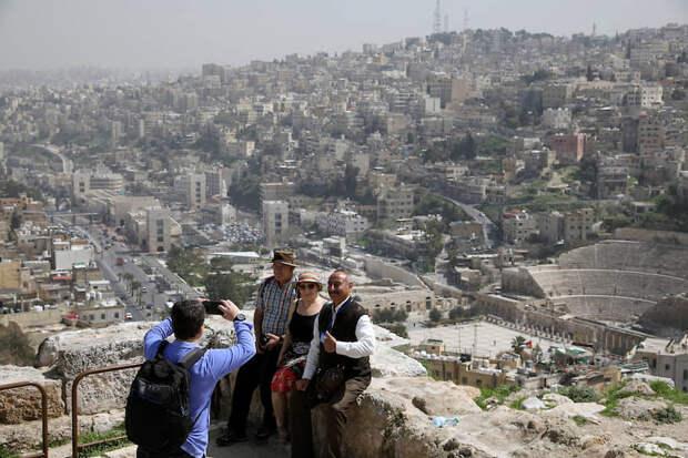 Амман, Иордания. Туристы фотографируются на фоне руин древнеримской цитадели