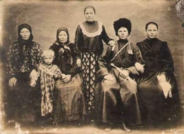 Почему люди на старинных фотографиях клали руку на плечо соседу или на какой-то предмет