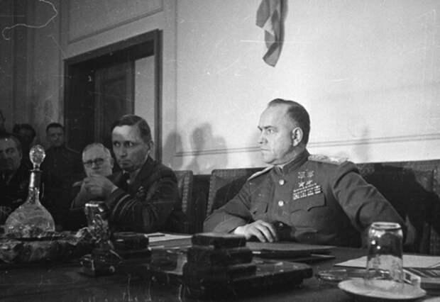 Жуков на подписании капитуляции Германии. Так выглядит победитель.