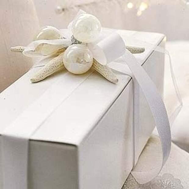 Белый декор подарка лентами и шарами