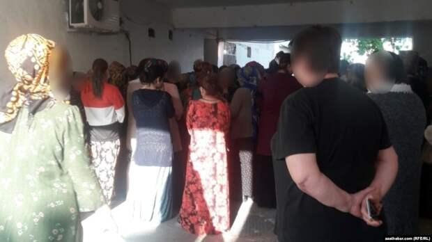 Больше четырех не собираться: в Туркмении запретили очереди