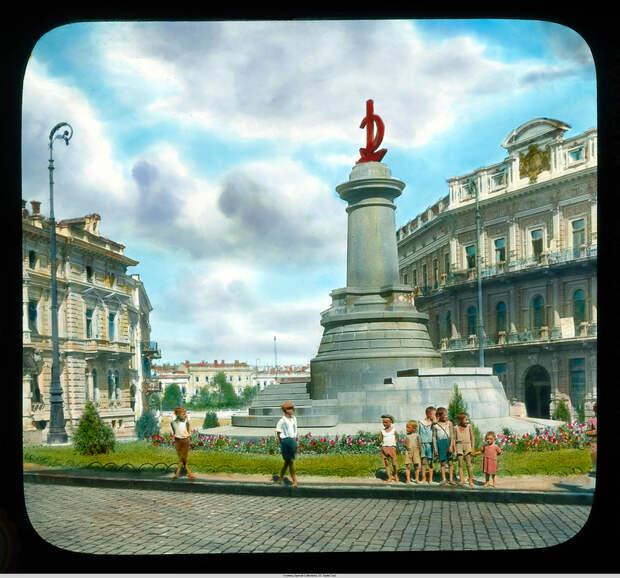 9. Коммунистический монумент с молотом и серпом, Екатерининская площадь. Памятник Екатерине снесли,