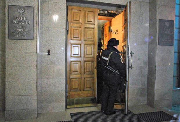 Сотрудник полиции у здания управления Центробанка России по Амурской области