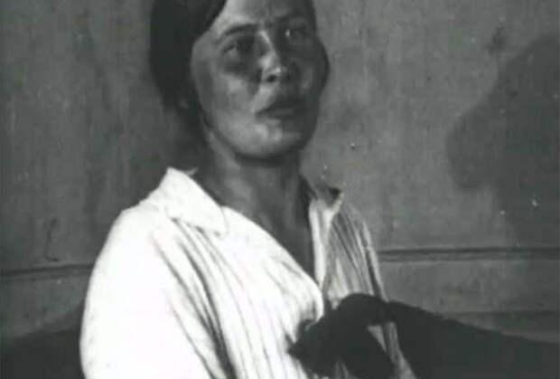 Лидия Коноплева дает показания на судебном процессе над правыми эсерами. Москва, 1922 год