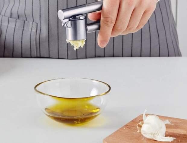 Чеснок выдавливают в масло