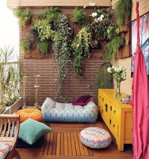 Для небольшого балкона эффективным решением будет использование вертикального озеленения.