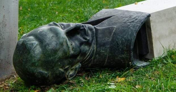 Вандал опрокинул памятник хорватскому антифашисту: карма настигла мгновенно
