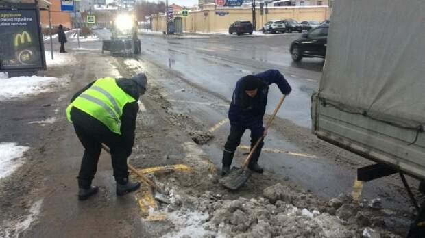 В Петербурге более тысячи коммунальщиков борются с оттепелью