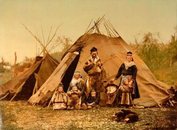 женщины и дети возле палатки