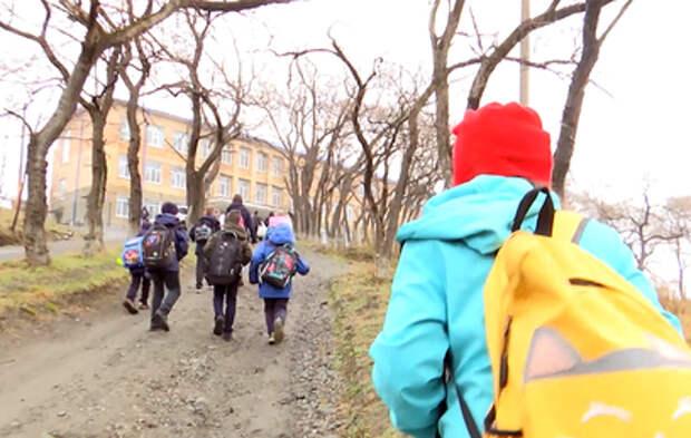 Дети из поселка в Приморье вынуждены ходить в школу пешком за километры