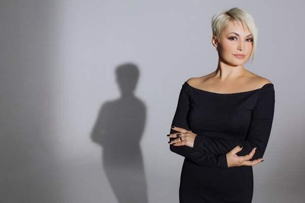 Фейки недели: режиссер Шипенко отправил Катю Лель вакцинироваться на МКС