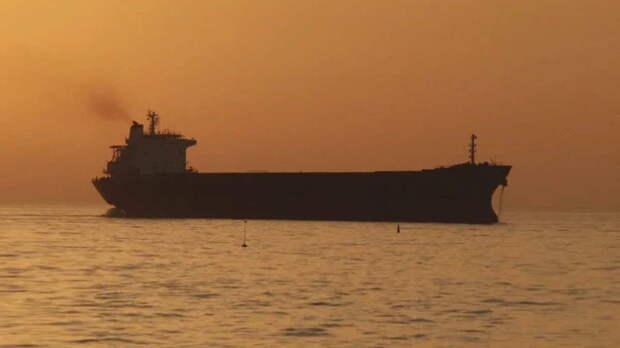 Захваченный у берегов ОАЭ танкер взял курс на Иран