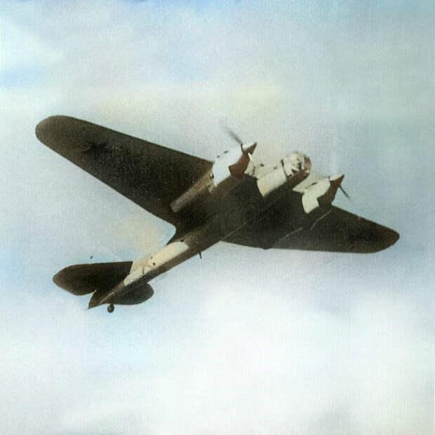 Скоростной бомбардировщик СБ-2 в полете.